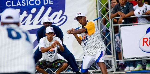 El juego de vitilla es una variación popular del béisbol y que se practica desde hace décadas en calles y patios del país.