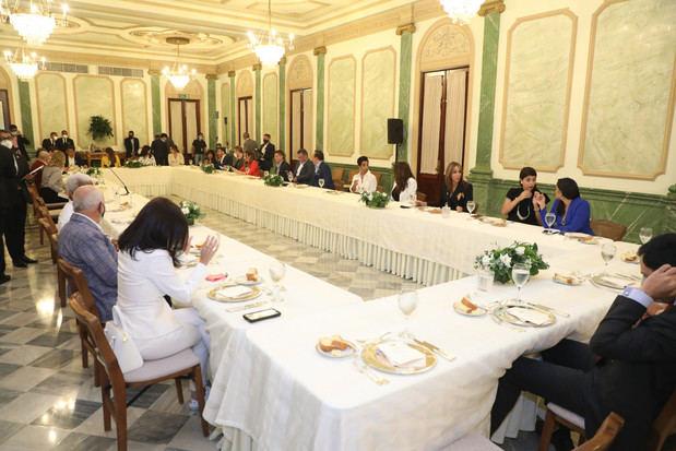 El primer mandatario compartió un ameno almuerzo con los reconocidos comunicadores en el Salón Verde del Palacio Nacional.